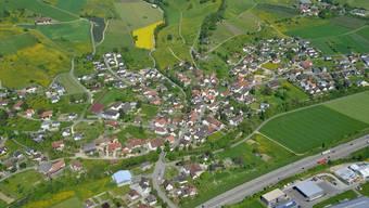 Die A3 (unten im Bild) bei Oeschgen, wo einst eine Autobahnraststätte angedacht war.