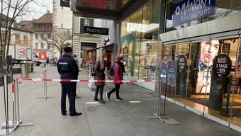 Manor hat vor dem Warenhaus im Baden Sicherheitspersonal positionieren lassen.