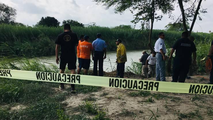 Mexikanische Polizisten sicherten am Montag die Fundstelle nahe Matamoros, Mexiko.