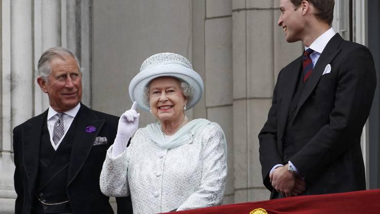 Drei Generationen vereint auf einem Bild: Queen Elizabeth II zusammen mit ihrem Sohn Prince Charles, dem Prinzen von Wales und Prince William, dem Herzog von Cambridge.