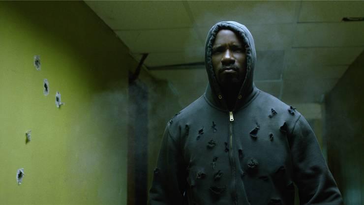 Luke Cage (Mike Colter) hat einen kugelsicheren Körper und trägt gerne Kapuzenpullis – eine Hommage an den 2012 erschossenen Schwarzen Trayvon Martin.Netflix