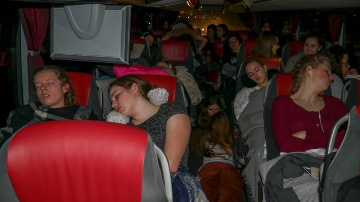 70 Schülerinnen und Schüler reisen mit Bus und Zug nach Tynset, Norwegen.