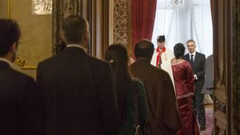 Bundespraesident Didier Burkhalter, rechts, empfaengt Botschafter aus der ganzen Welt waehrend des traditionellen Neujahrsempfangs am Mittwoch, 15. Januar 2014 im Bundeshaus in Bern. (KEYSTONE/Peter Klaunzer)