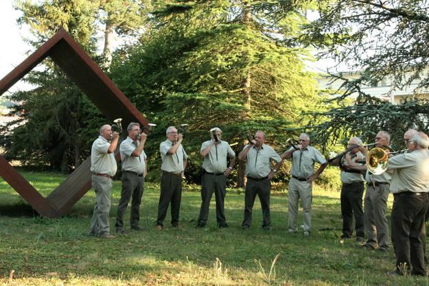 Die Zurzibieter Jagdhornbläser vor Behrouz Varghaiyans Ewiger Kubus