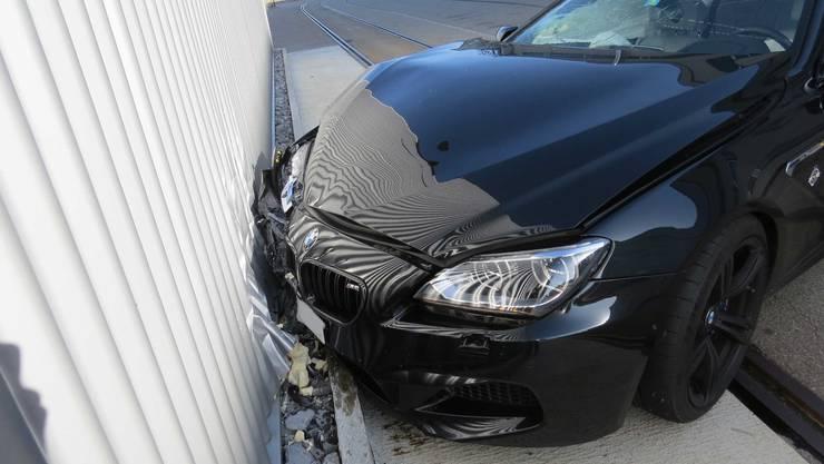 Rupperswil AG, 13. Oktober: Ein Neulenkter prallte mit seinem BMW in die Wand eines Fabrikgebäudes.
