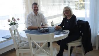 Im neuen Hospiz-Wohnzimmer: Dieter Hermann und Anna Tanner arbeiten nicht nur für die Filmvorführung eng zusammen.Bla