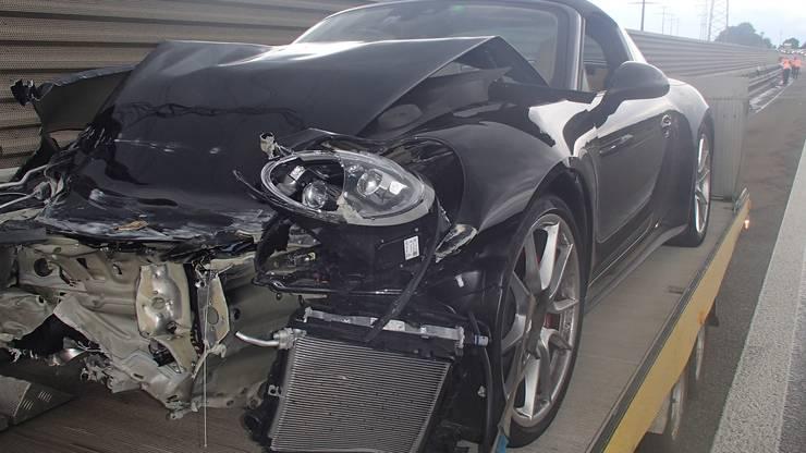 Der Porsche knallte in die Randleitplanke.