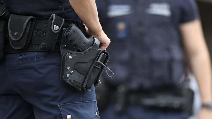 Während einer Schiessausbildung der St. Galler Kantonspolizei hat sich ein Polizist durch einen Schuss, der sich versehentlich löste, selber am Oberschenkel verletzt (Archivbild).
