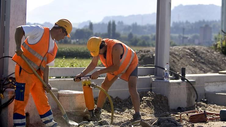 Auch wenn die Verständigung mit Hand und Fuss funktioniert, fällt der Baustellenalltag einfacher, wenn alle die gleiche Sprache sprechen. (Symbolbild)