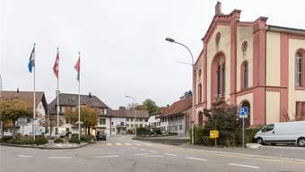 Hier endet der jüdische Kulturweg: Die Synagoge (r.) und das vom Verein «Doppeltür» gekaufte Haus (M.) beim Dorfplatz in Lengnau. Fotos: Claudio Thoma/AZ-Archiv/ZVG