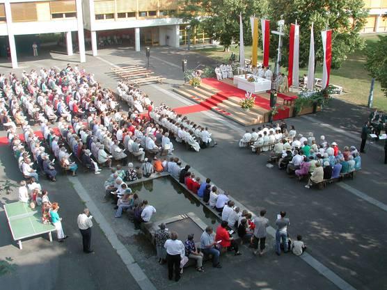 Fronleichnamsgottesdienst auf dem Pausenplatz vor dem Schulhaus Zehntenhof