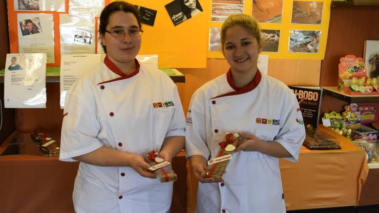 Selina (links) und Camila präsentieren ihre Gösger Brügeli, welche bei den Schweizer Promis gut ankamen.