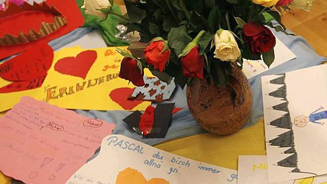 Blumen und Zeichnungen liegen nach der schrecklichen Tat im Schulhaus in Ried (Bild: 14. April 2008)
