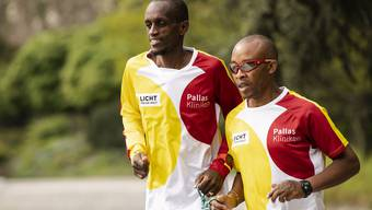 Henry Wanyoike (rechts) an der Seite seines Guides Paul Kihumba.