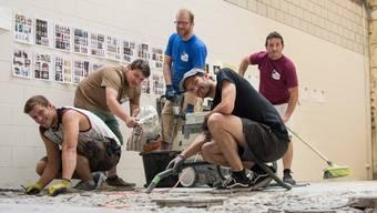 Die Braufabrik Baden entsteht im Oederlin Areal mithilfe eines Crowdfundings. V.l.: Lyn Uhlig (hilft beim Umbau mit) und die vier Bierbrauer Michael Burger, David Guntern (blaues Shirt), Flavio Uhlig (vorne, schwarzes Shirt) und Andreas Baumann bei der Renovation des Raumes im Oederlin-Areal.