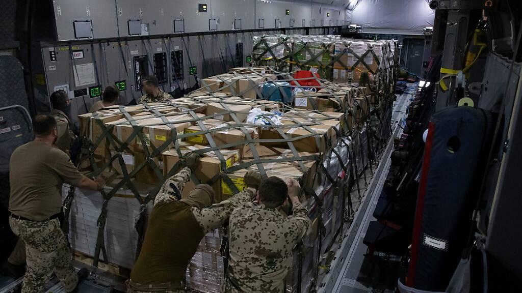 Ein Airbus A400M der deutschen Bundeswehr wird vor dem Flug nach Kabul mit Hilfsgütern beladen.