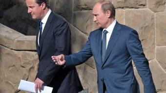 Russlands Präsident Putin (r) und der britische Premier Cameron