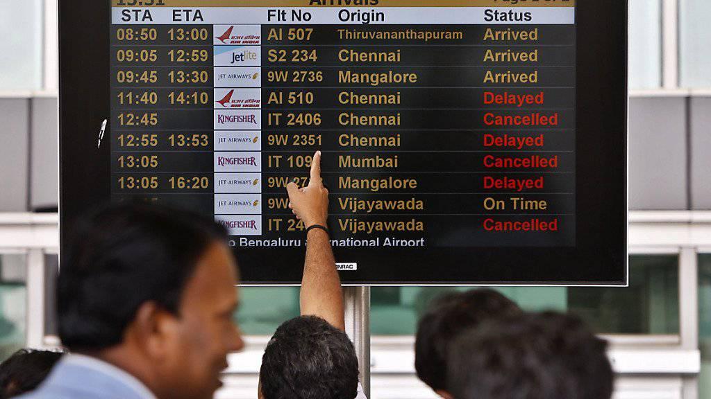Passagiere am Flughafen in Bangalore. Der Flughafen Zürich verkauft seinen 5-Prozent-Anteil an dem indischen Flughafen.