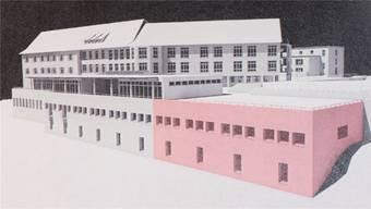 Das Sockelgeschoss des Spitals Leuggern soll erweitert werden (roter Teil). Visualisierung: zvg