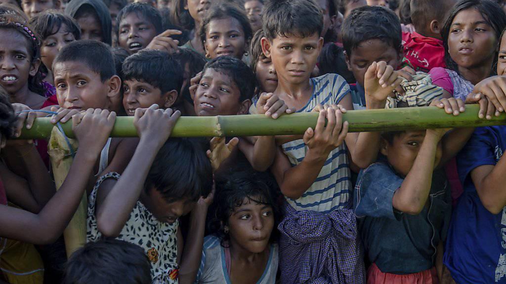 Rohingya-Kinder warten auf Hilfe in einem Flüchtlingslager in Bangladesch.