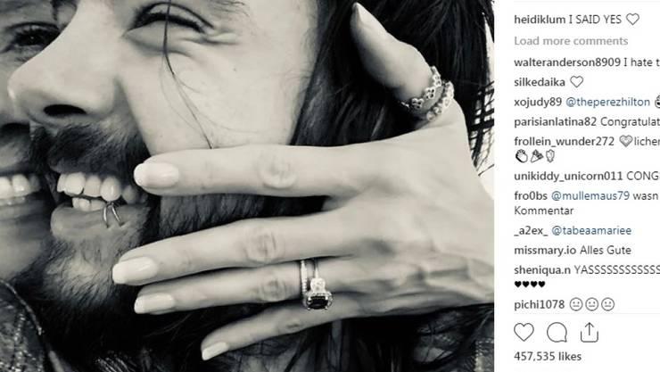 Ein Verlobungsring? Heidi Klum umarmt Tom Kaulitz.