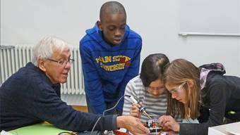 So geht das: Ehemaliger ABB-Ingenieur gibt Schülern einen Einblick in technische Berufe