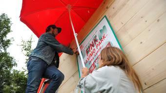 Thomas Keller und Sandra Lichtenstern bauen bei strömendem Regen eine eigene kleine Welt auf der Kaserne.
