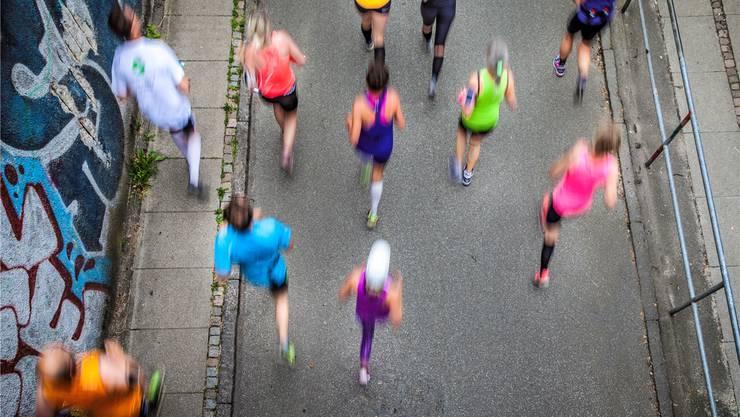 Ich renne, also bin ich: Forciert durch den Megatrend Gesundheit, hat sich in der Schweiz eine Lauf-Pandemie ausgebreitet. iStockphoto