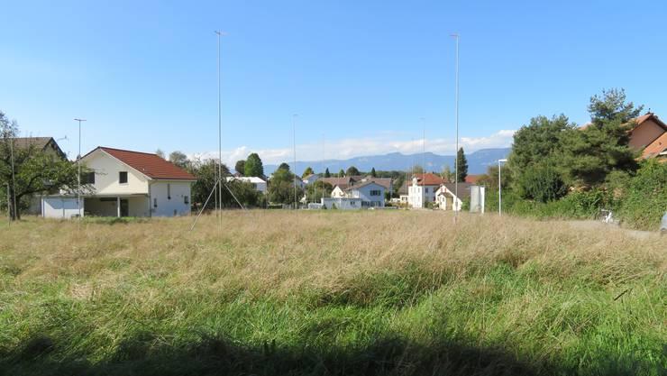 Die Profilstangen zeigen auf, wie eine Überbauung im Dorfzentrum aussehen könnte.