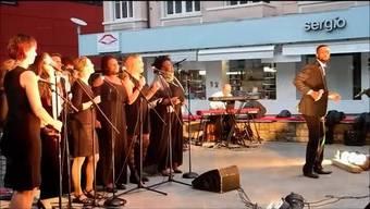 """Am 7. Sommergospel in Grenchen auf dem Marktplatz unterhielt die Formation Joe Gabriel C & and  Friends das Publikum mit eingängigen Gospels zum Mitsingen, gefühlvollen Balladen, gewürzt mit einer Prise Afro-Sound und Rhytm 'n' Blues für den """"Bewegungsapparat"""""""