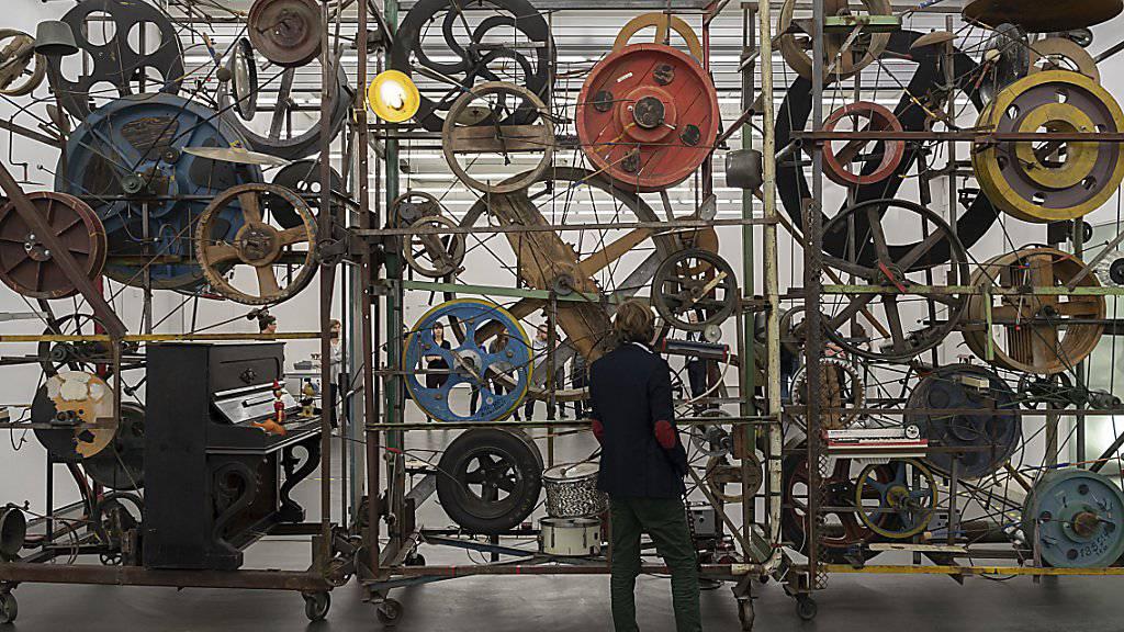Mehr als ein Jahr lang wurde Jean Tinguelys Ton-Mischmaschine Méta-Harmonie II von 1979 im Schaulager in Münchenstein BL restauriert. Nun kehrt die Klangskulptur ins Museum Tinguely in Basel zurück. (Bild: KEYSTONE/Georgios Kefalas)