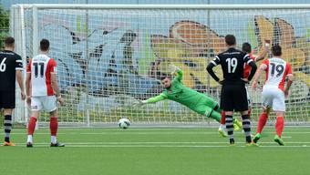 Black-Stars-Torhüter Eldin Beganovic ist beim Penalty von Solothurns Adrian Fleury machtlos.