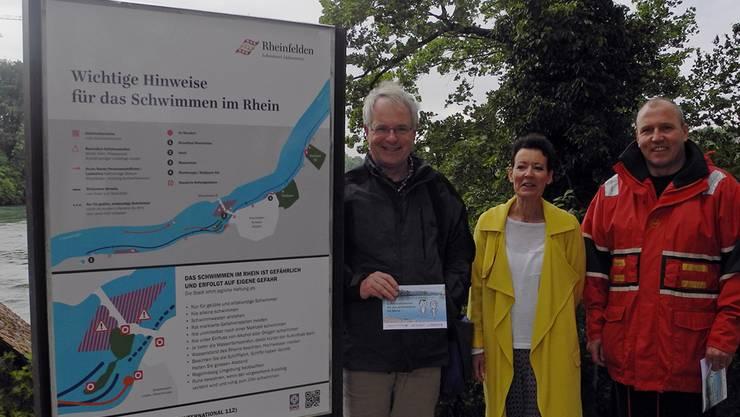 Ueli Urwyler, Béa Bieber und Richard Graf (v.l.) stellen die neue Hinweistafel auf dem Inseli vor.