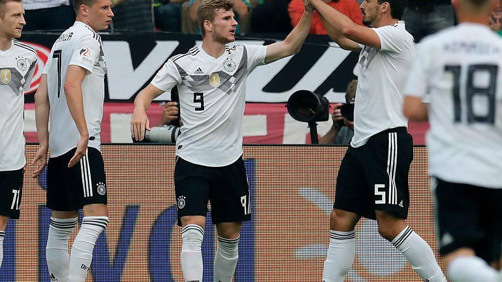 Die deutschen Nationalteam-Kollegen gratulieren Timo Werner mit der Nummer 9 zum Führungstor gegen Saudi-Arabien