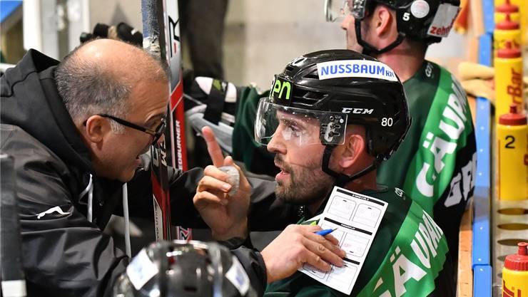 EHCO-Testspieler Daniel Steiner mit Trainer Maurizio Mansi.Bruno Kissling