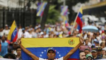 Gegner und Anhänger von Präsident Nicolas Maduro sind am Mittwoch in Venezuela auf die Strassen gegangen.