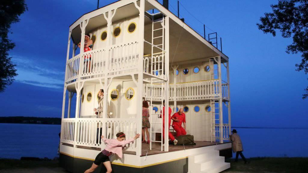 Die Idylle trügt. Auf dem romantischen Hausboot von Familie Brewster begehen zwei alte Damen Mord um Mord.