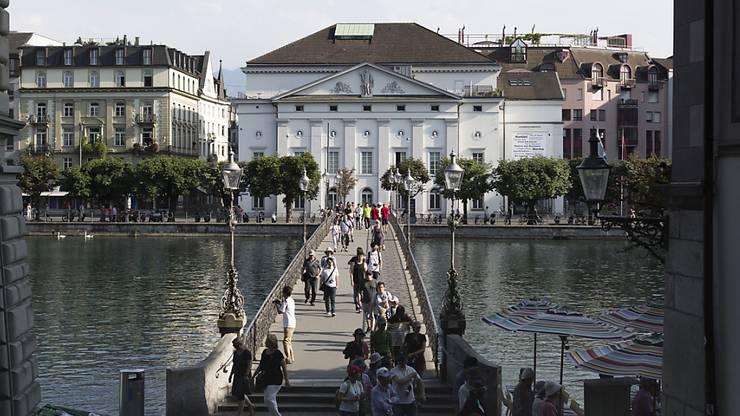 Blick auf das Luzerner Theater an der Reuss.