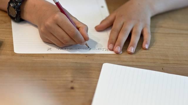 Ein Kind macht seine Hausaufgaben (Symbolbild)