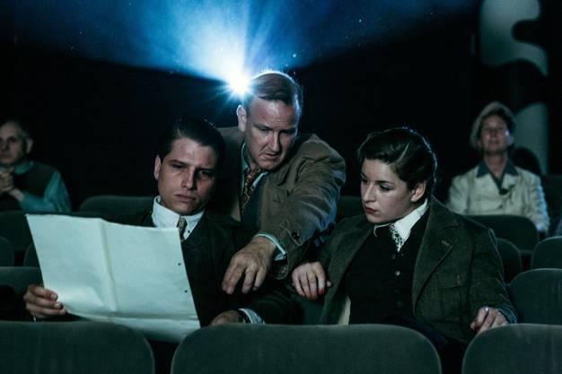 Stapfer studiert als Ermittler Egon Leutenegger Beweise für in die Schweiz geflüchtete Nazis. Szene aus der SRF-Serie «Frieden».