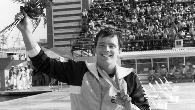 Der Bieler Schwimmer Etienne Dagon jubelt an den Olympischen Spielen 1984 in Los Angeles mit seiner Bronzemedaille