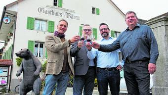 Ein Beispiel der vielen Fusionen: (v. l.): Gemeindeammänner von Effingen, Hornussen, Elfingen und Bözen stossen in Bözen auf das Ja zum Zusammenschluss an.