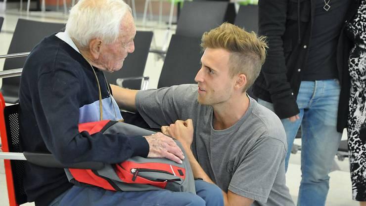 Nimmt Abschied: Der 104-jährige Botaniker David Goodall mit seinem Enkel am Flughafen Perth.