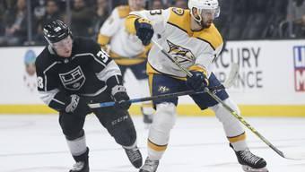 Nashvilles Stürmer Nick Bonino kontrolliert in der Partie gegen die Los Angeles Kings den Puck