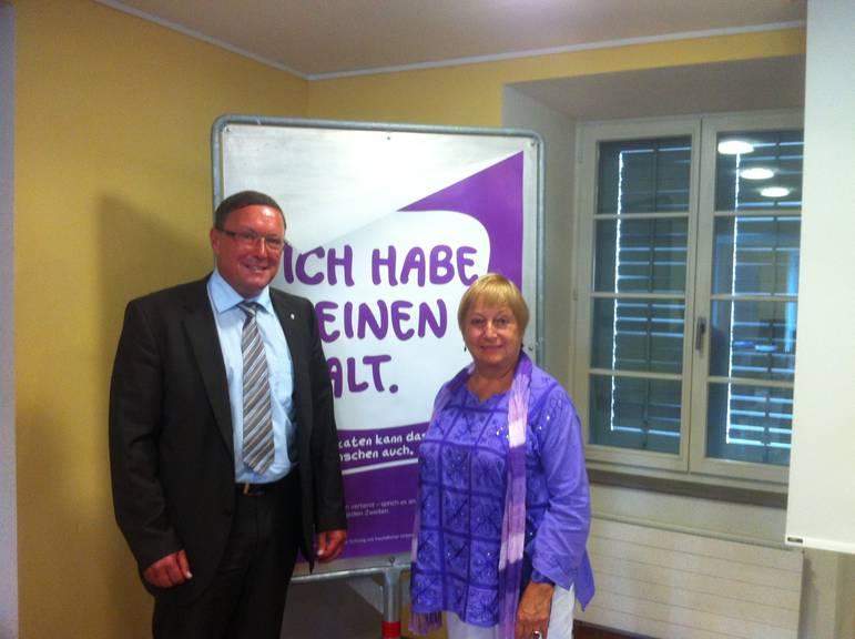 Urs Hürlimann und Marylou Selo stellen die neue Plakat-Kampagne zur psychischen Gesundheit vor.