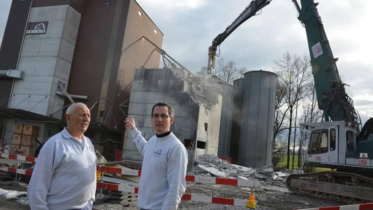 Seniorchef Paul Villiger und der heutige Inhaber der Eichmühle, David Villiger, verfolgten gestern die letzten Abbrucharbeiten. ES