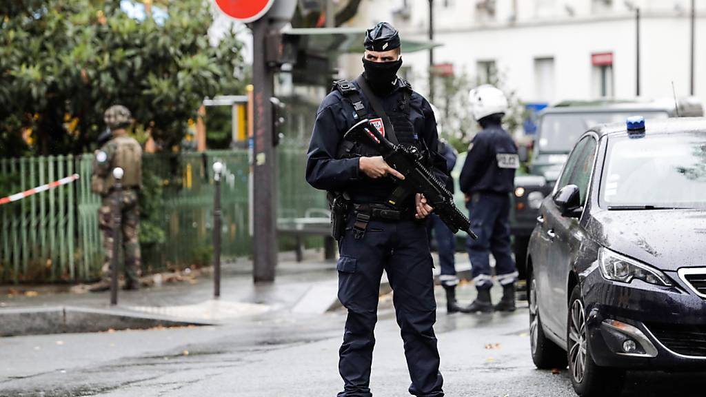 Ein Bereitschaftspolizist in der Nähe des Tatortes in Paris. Foto: Lewis Joly/AP/dpa