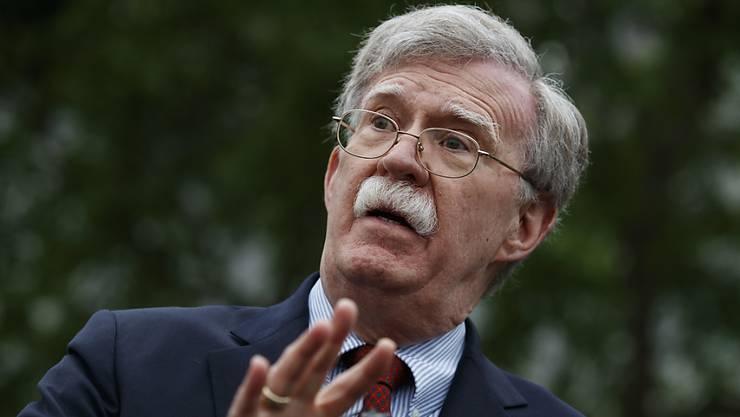 ARCHIV - John Bolton, US-Sicherheitsberater, spricht mit Reportern vor dem Weißen Haus. Trump weist Boltons Vorwürfe zu brisanten China-Äußerungen zurück. Foto: Evan Vucci/AP/dpa