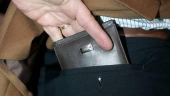 Fünf Jugendliche im Alter zwischen 16 und 17 Jahren wollten einem älteren Mann das Portmonnaie entwenden. (Symbolbild)