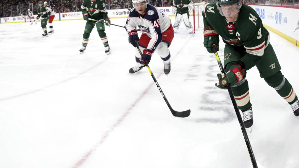 Calvin Thürkauf (Mitte) bei einem seiner wenigen NHL-Einsätze mit den Columbus Blue Jackets